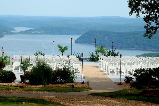 Garfield, อาร์คันซอ: The Ozarks' best lake view also has an outdoor wedding ceremony site.