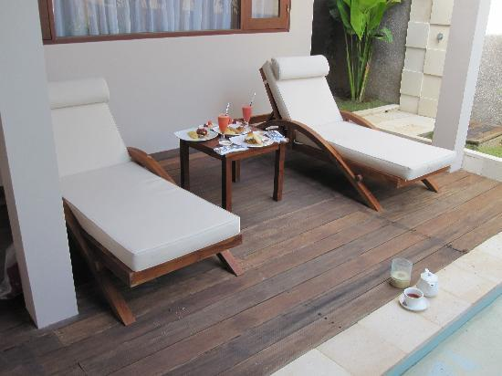 Nusa Dua Retreat and Spa: breakfast beside your pool