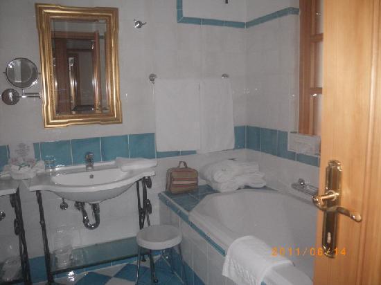 Croatia: Opatija: Hotel Miramar Hotel-bathroom