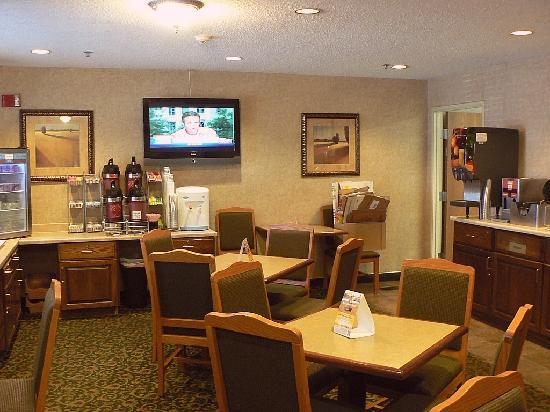 Comfort Suites at Tucson Mall: Breakfast room just off the lobby