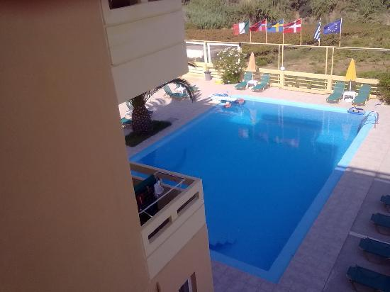 Top Hotel Chania: view of pool from balcony