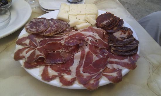Sa cisterna: Big plate of Pata Negra, cured sausages and goat cheese