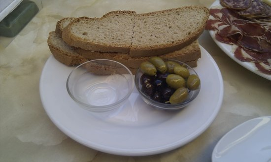 Sa cisterna: Bread, olives and salt