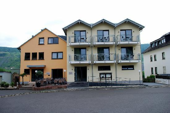 Christiana's WeinArtHotel: View of hotel from side facing away from road. Note rooms have balconies