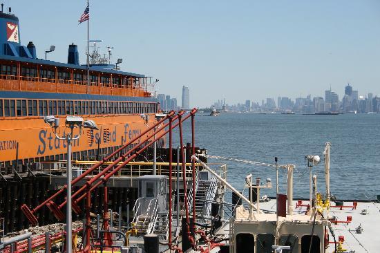 Victorian Villa: Staten Island Ferry vor Manhattan