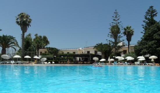 King Minos Palace Hotel: Blick vom Pool auf das Hotel