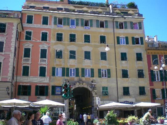 Albergo la Piazzetta: Foto dell'esterno dell'hotel dalla piazza antistante