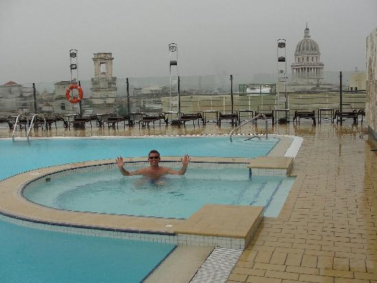 Iberostar Parque Central: Swimming in the rain in hotel roof pool.