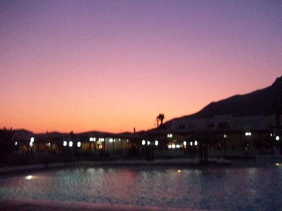Akti Beach Club Hotel: pool at sunset