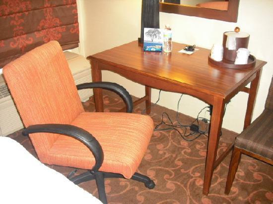 Hampton Inn and Suites Cleveland Southeast Streetsboro: Desk/work area