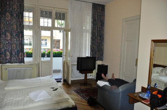 Pension Majesty Berlin Hotel: Petit coin télé ...