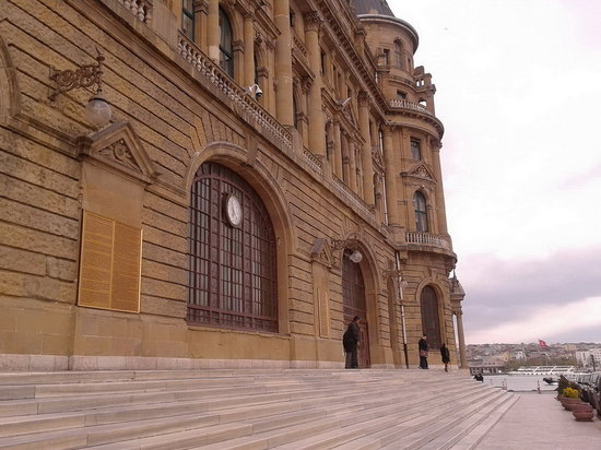 Haydarpasa Terminal: stairs leading to the gates.
