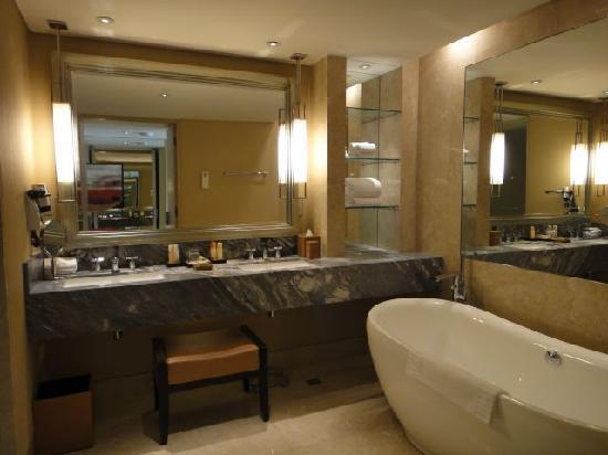 Marina Bay Sands Club Room Bathroom