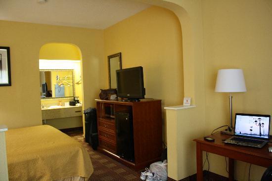 Photo of Days Inn & Suites Memphis East
