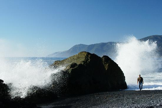 Inn of the Lost Coast: boulders along the beach