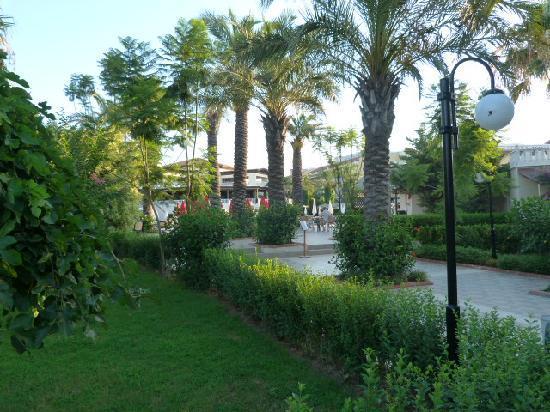 Aydinbey Famous Resort: Allée vers la mer
