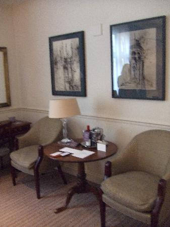 Old Parsonage Hotel: fancy furniture