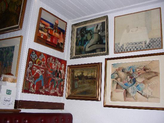 Hotel-Restaurant les Templiers: Art in the bar.