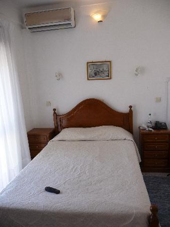 Residencial A Doca : chambre avec grands lits et beacuoup d'espace de rangement