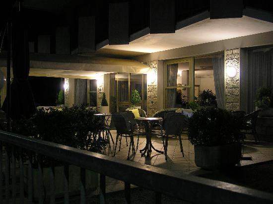 Hotel Haiti: INGRESSO HOTEL DI SERA
