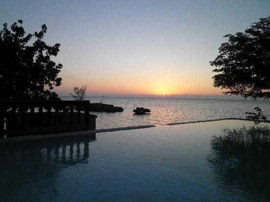 Rhodes Beach Resort Negril: views from the pool