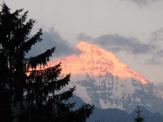 Hotel Chalet Swiss: Evening view