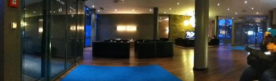 Motel One Stuttgart: Lobby seating area pano