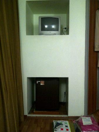 Hotel Sisli : 1.5meter from bed - minibar and TV
