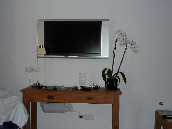 ‪أدريان فان أوستيد بيدآند بريكفاست: Top room: flat screen TV and table‬