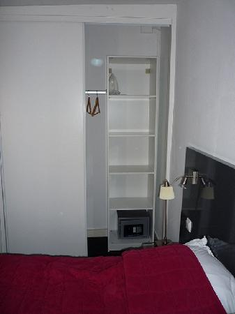 Bed & Breakfast Adriaen van Ostade : Top room: bed and closet with safe and iron