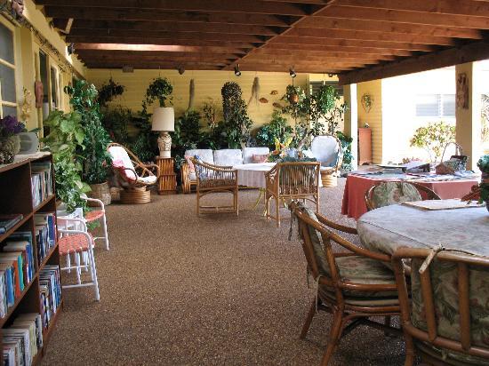 Papaya Paradise Bed and Breakfast: Lanai.