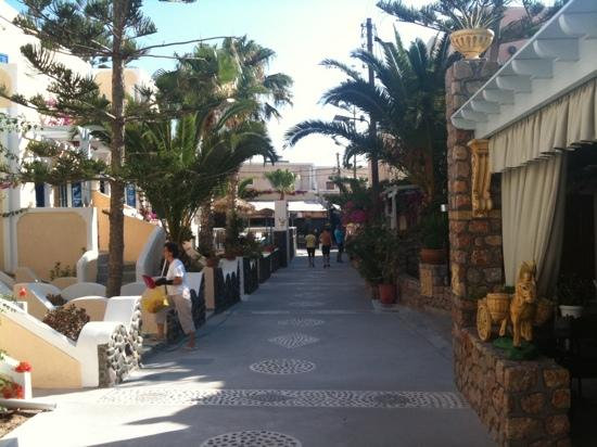 Dioskouri Art Villas: alley outside hotel. hotel is left side of this photo