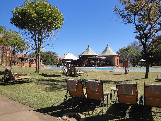 AVANI Victoria Falls Resort: Zambesi sun pool