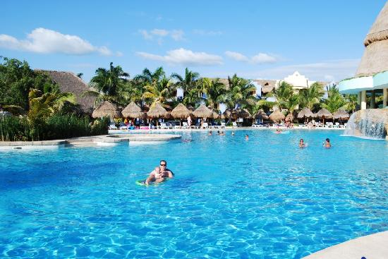 Iberostar Paraiso Lindo: Hanging out at the pool