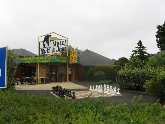 Hôtel de la Baie de Paimpol : entrée du motel vue depuis le parking