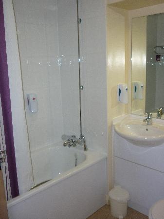 Premier Inn Glasgow Airport: Bathroom with useless shower