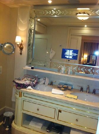 Shangri-La Hotel Paris : bathroom. flawless