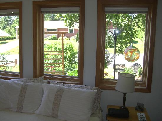 MacArthur House Bed and Breakfast: The lovely garden right outside the windows of the Birch Room.