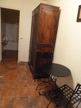 Hotel du Portalet : Tisch und Kasten