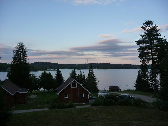 Auld Reekie Lodge : Cabins and lakeview