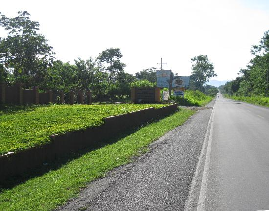 La Ceiba, ฮอนดูรัส: Turn from main road to Villa Helen