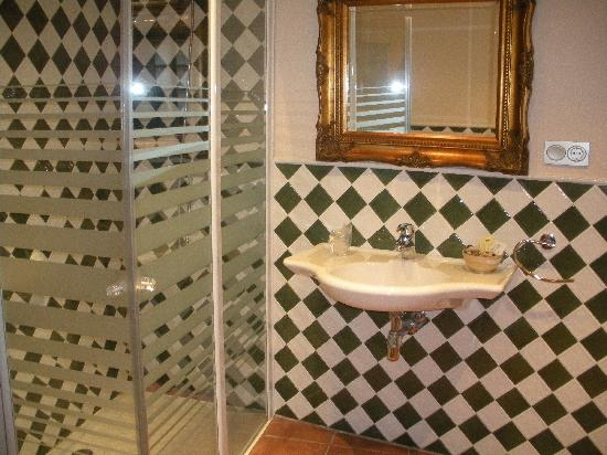 Hotel Palacio Oxangoiti: Large, clean bathroom