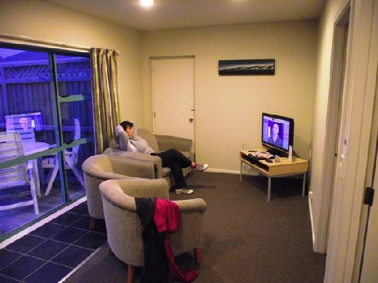 Kaikoura Top 10 Holiday Park: Lounge with private deck outside our room