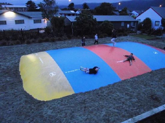 Kaikoura Top 10 Holiday Park: Kids playing on the jumping pillow with large play-gym next to it.