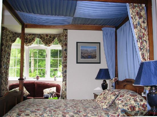 Woodland Crag Guest House: The beautiful four poster and I loved the color scheme