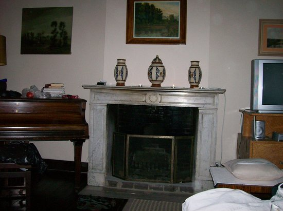 Albert Inn: Fireplace & Piano