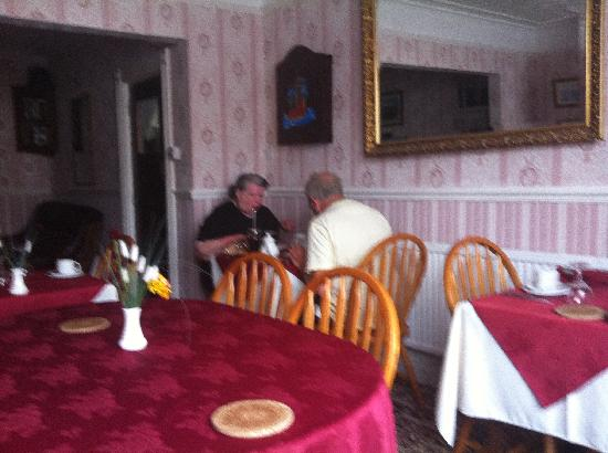 Molyneux Guest House: at breakfast