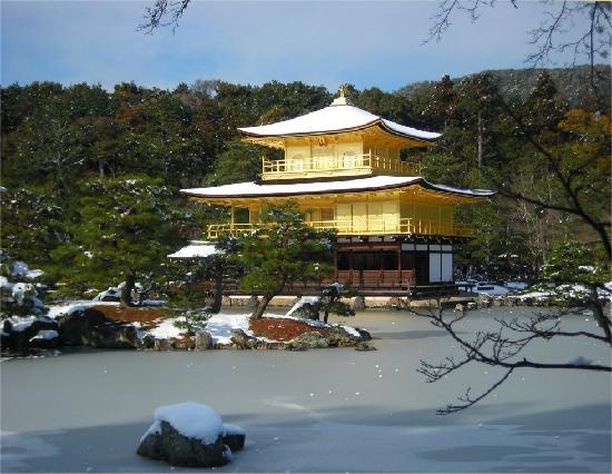 Rokuon-ji Temple: 雪の金閣寺。池も凍ってる!