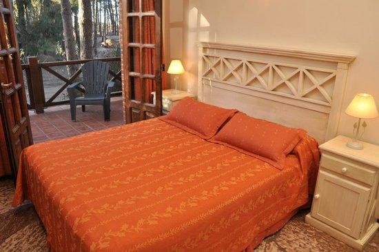 Las Hadas: dormitorio cabaña con sommier Queen