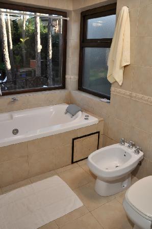 Las Hadas: bañ compartimentado de cabaña con hidro